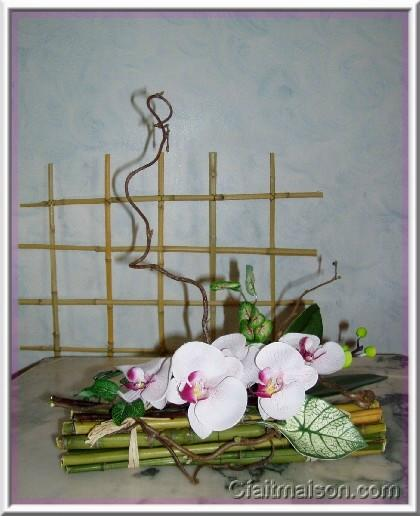 Composition florale sur fagot de bambous for Decoration de table zen bambou