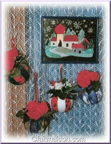 Boules De Noel En Tissu Avec Fleurs Rouges Et Tableau Mousse