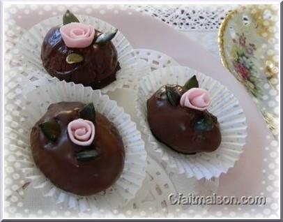 Pâtisseries orientales décorées avec une rose ruban en pâte à sucre, agrémentée de graines de