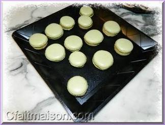 coques de macarons teints en vert au th matcha en poudre - Colorant Pour Macaron