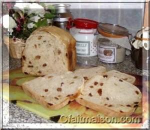 Levain dans son bocal au chaud dans la cuisine et pain au levain
