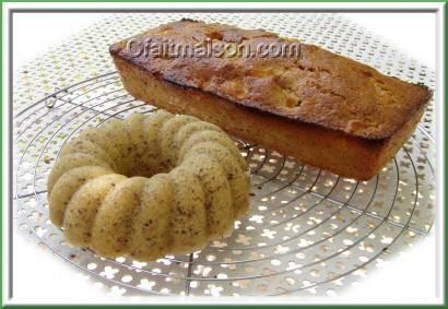 Cake aux pommes cuits dans moule à savarin à la vapeur et au four dans un moule à cake.